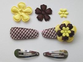 Zelf haarspeldjes maken donkerbruin geruit met gele satijnen bloemen van 3.5 cm.