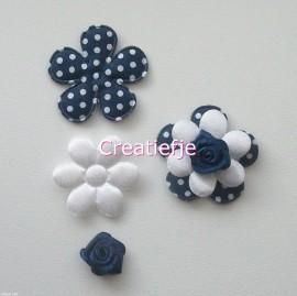Set bloemen donkerblauw en wit met roosjes.