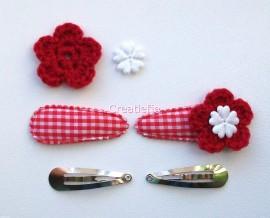 Zelf haarspeldjes maken rood ruitje met rode gehaakte bloemen van 4.5 cm.