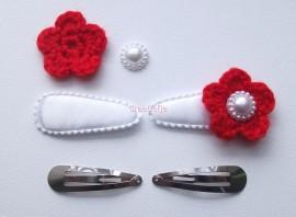 Zelf haarspeldjes maken wit satijn met rode gehaakte bloemen van 4.5 cm.