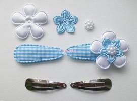 Zelf haarspeldjes maken blauw geruit met satijnen bloemen van 4.5 cm.
